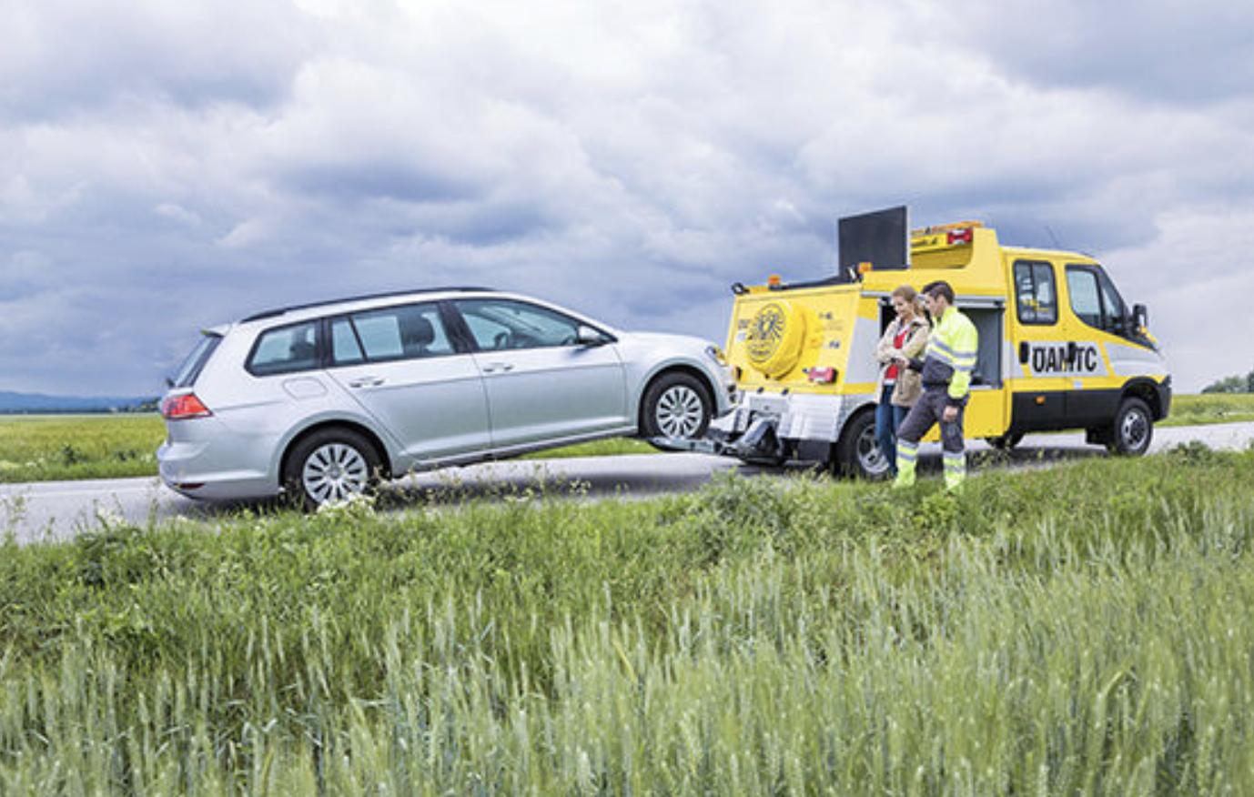 Pannenhilfe ÖAMTC silbernes Fahrzeug aufgeladen auf ÖAMTC Pannenfahrzeug