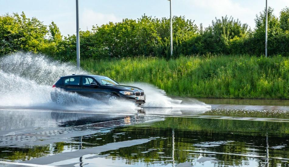 1er BMW auf Regenfahrbahn in einem ADAC Fahrsicherheitszentrum