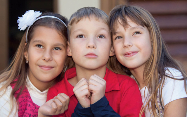 3 Kinder blicken in den Himmel symbolisieren Max und Lara